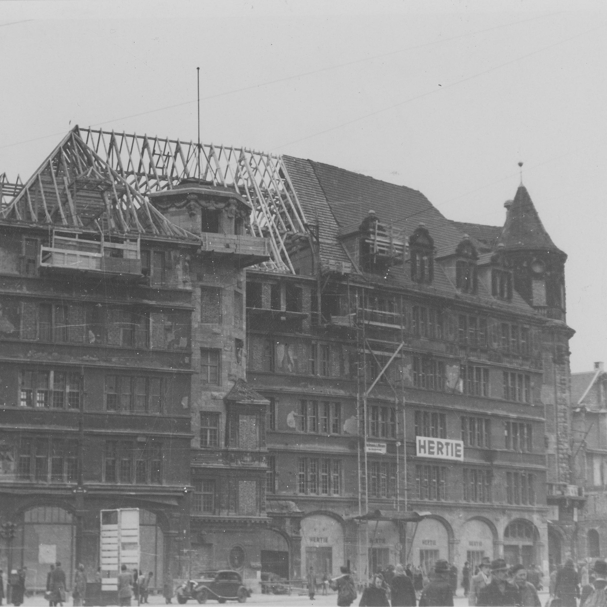 Fotografie des Warenhauses im Jahr 1948, während dem Wiederaufbau
