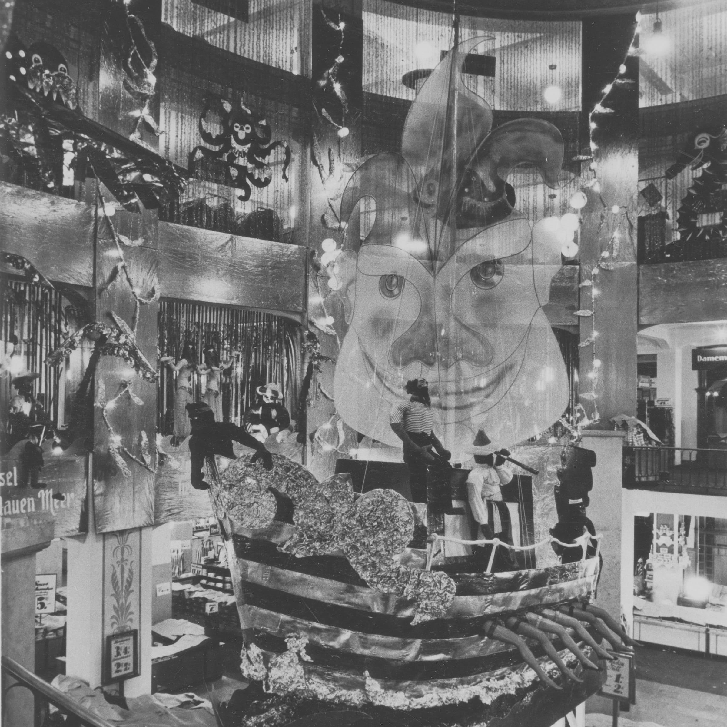 Eine Schwarzweissfotografie eines Faschingsdisplays aus dem Jahr 1952