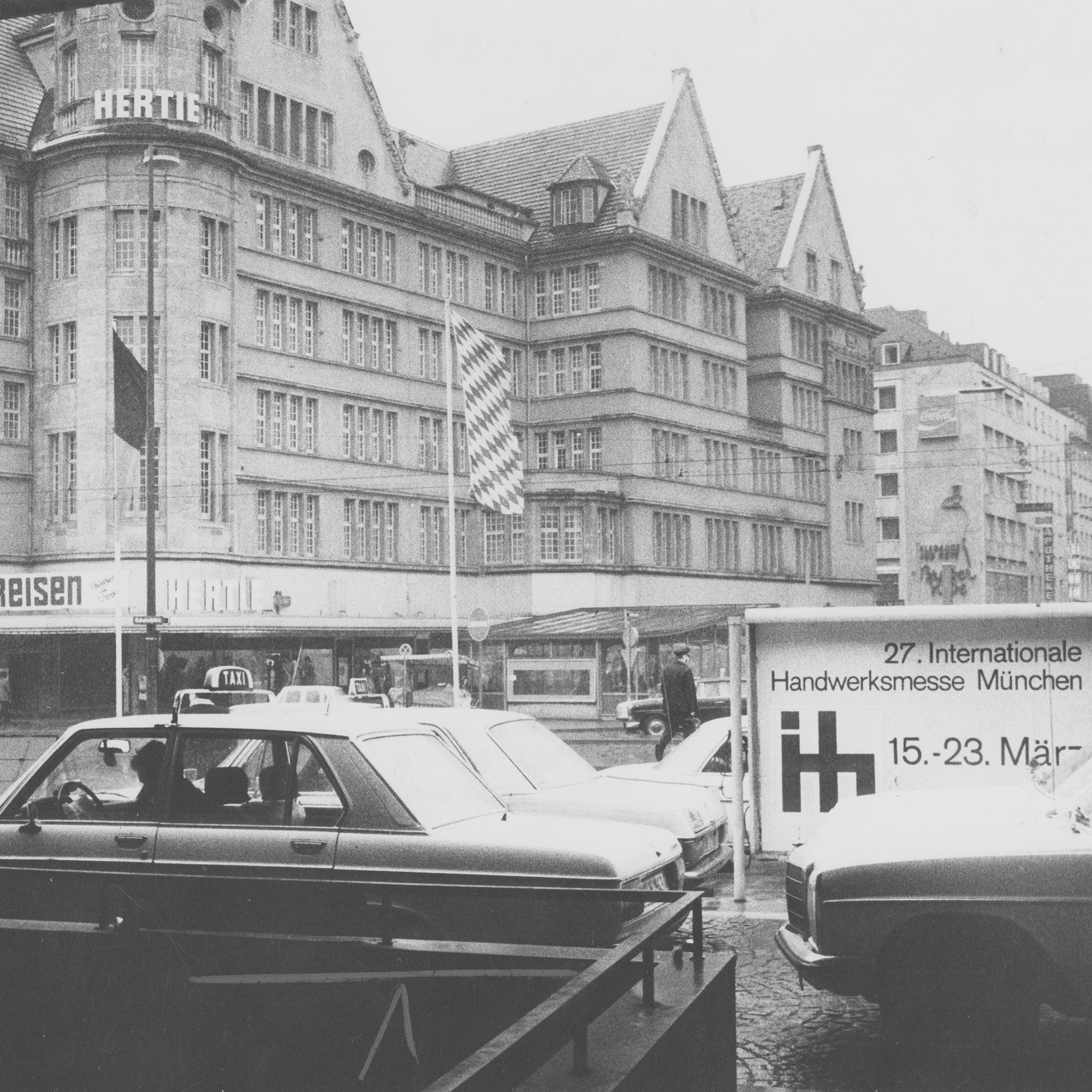 Schwarzweissfotografie des Warenhauses mit Blick auf den Erweiterungsbau um 1975